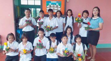 นักเรียนโรงเรียนบ้านหาดสำราญ ฯ ร่วมกันประดิษฐ์กระทง